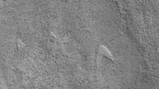 Dunas com formato do logo da Frota Estelar, de Star Trek, são vistas em Marte