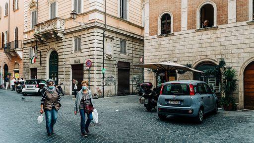 Com queda na COVID, Itália suspende uso de máscaras em áreas abertas