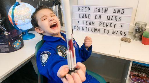 Menina de 7 anos construiu e lançou foguete no jardim de casa durante a pandemia