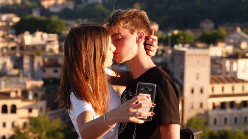 Como a era digital impactou os relacionamentos amorosos