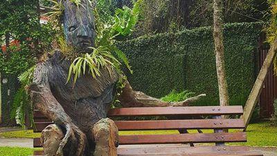 """Artista cria escultura de """"Groot"""" em Curitiba para o Dia do Meio Ambiente"""