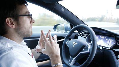 Versão melhorada de piloto automático da Tesla chega em dezembro