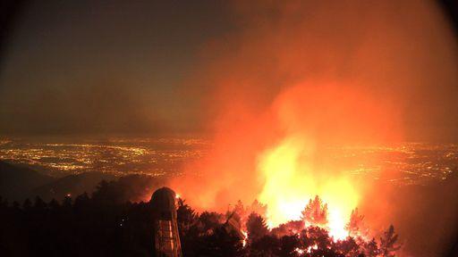 Observatório histórico resiste a incêndio devastador nos EUA; amador é destruído