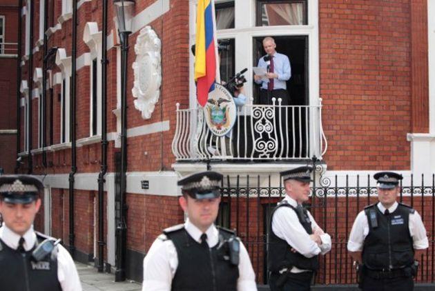 Assange na varanda da embaixada do Equador