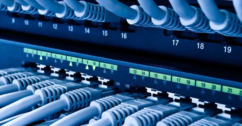 Por não conseguirem identificar os computadores conectados na rede, o hub é considerado um equipamento de rede