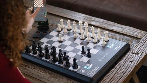 Tabuleiro inteligente ensina técnicas de xadrez até para quem não sabe jogar