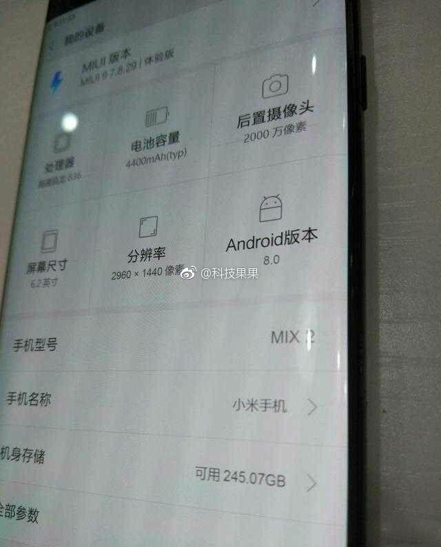 Por outro ângulo, imagem destaca que aparelho chegará às lojas com o Android 8.0 Oreo instalado de fábrica