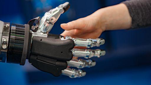 Braço robótico controlado pela mente restaura a sensação do toque