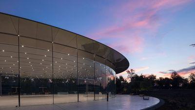 """Steve Jobs Theatre recebe prêmio de prestígio por """"arte estrutural"""" em vidro"""