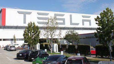 Reportagem afirma que Tesla está escondendo o número de acidentes em sua fábrica
