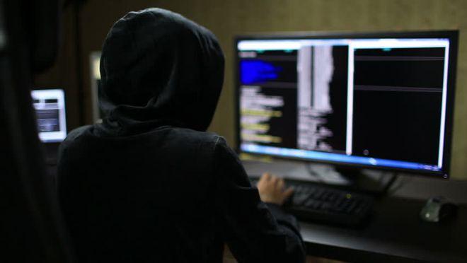 Diferente do que muitos pensam, os hackers não passam o dia inteiro trancados em ambientes escuros. Na maioria das vezes, ferramentas automatizadas fazem todo o serviço sujo por eles