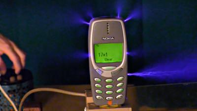 Vídeo mostra Nokia 3310 sobrevivendo a choque de um milhão de volts