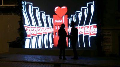 Coca-Cola cria vending machine invisível que aparece apenas para namorados
