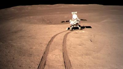 Por que algumas das fotos do lado afastado da Lua mostram a superfície vermelha?