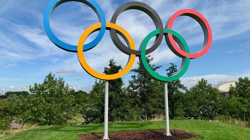 Atletas olímpicos ganham camisinhas, mas distanciamento social continua; entenda