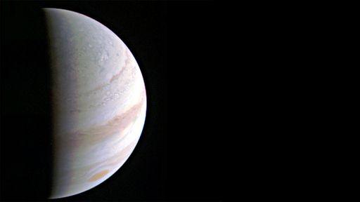 Sonda Juno completa voo rasante em Júpiter e começa a enviar primeiros dados