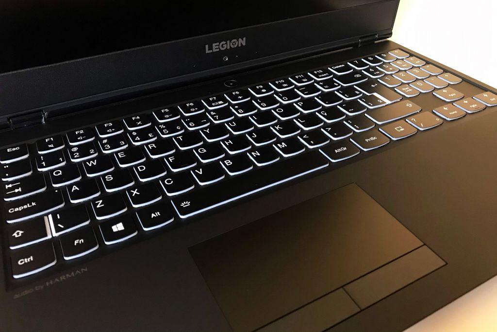 O teclado macio e de teclas espaçadas é um dos grandes pontos positivos do Legion Y530; em contrapartida, o touchpad peca por ser pequeno demais e vir com botões físicos e duros