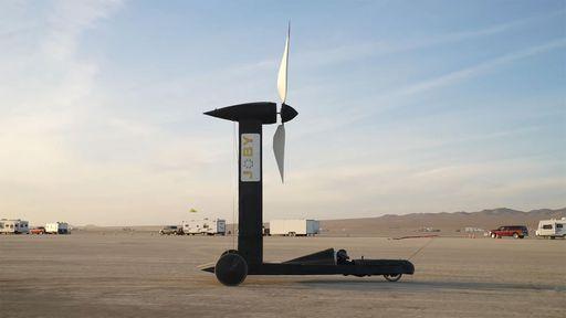 Youtuber ganha aposta de US$ 10 mil ao dirigir carro movido a vento