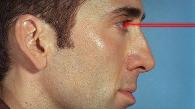 Cientistas criam lentes de contato que emitem raios laser, mas não se anime