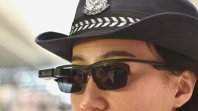 Polícia chinesa tem óculos com reconhecimento facial para monitorar cidadãos
