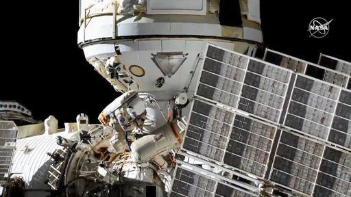 Cosmonautas concluem 1ª caminhada espacial para instalação do módulo Nauka