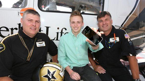 Siri salva vida de jovem preso debaixo de picape