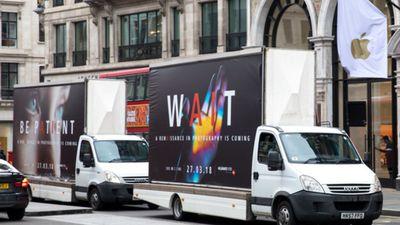 Para promover o P20, Huawei estaciona caminhões na frente de lojas da Apple
