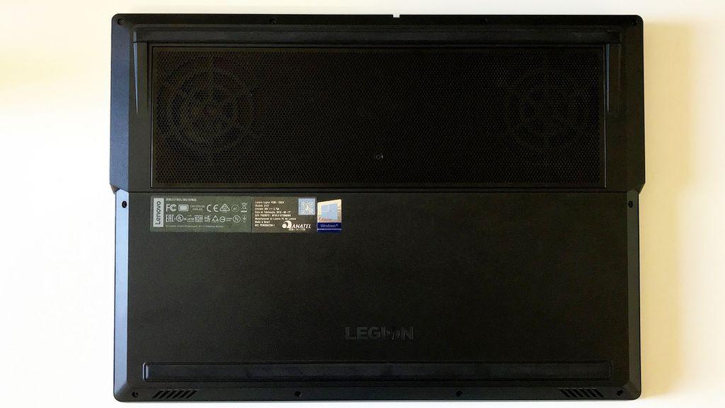 Parte de baixo não facilita o acesso ao HDD nem à memória RAM – é preciso remover todos os parafusos e destampá-lo totalmente para fazer qualquer upgrade ou manutenção