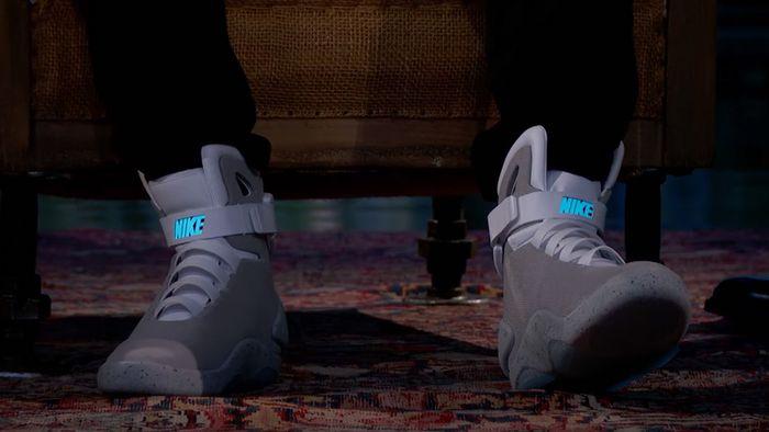 Michael J. Fox demonstra os tênis da Nike que se amarram sozinhos