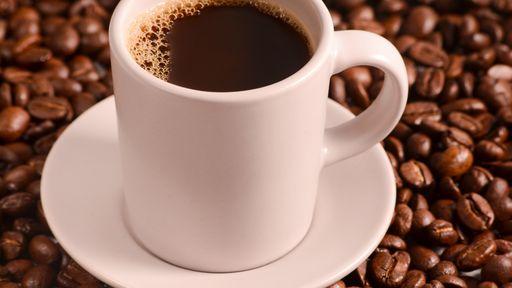 Sono vs café: cafeína até desperta, mas não te deixa mais esperto, diz estudo