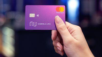 Nubank lança serviços de cartão de débito e saque em caixas 24h