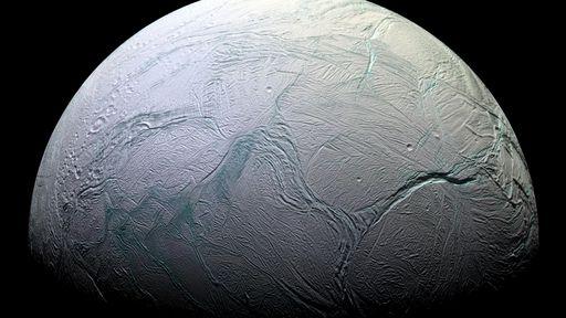 Lua Encélado, de Saturno, pode ter correntes fluindo em oceano subterrâneo