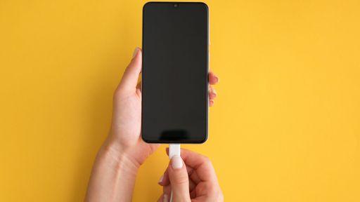 Morte de jovem que usava celular enquanto carregava reacende alerta sobre hábito