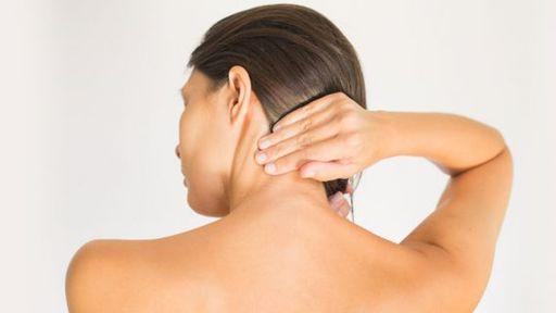 Inclinar a cabeça ao usar o celular pode causar dano cervical, diz OMS