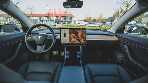 Canadense dorme em Tesla com piloto automático dirigindo sozinho a 140 km/h