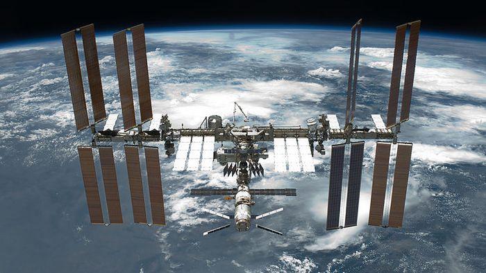 Tripulação evacua a ISS durante passagem de lixo espacial