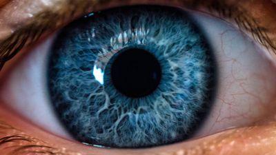 Cientistas desenvolvem nanogotas que prometem substituir óculos de grau