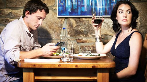 Restaurante dá desconto para cliente que dispensar o celular na hora da refeição