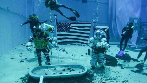 Astronautas que irão à Lua treinam caminhadas espaciais debaixo d'água