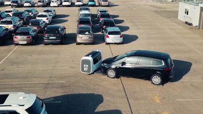 Startup revela robô inteligente que estaciona carros em aeroporto