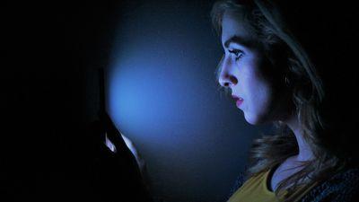 Luz azulada de smartphones e laptops aumenta chances de cegueira