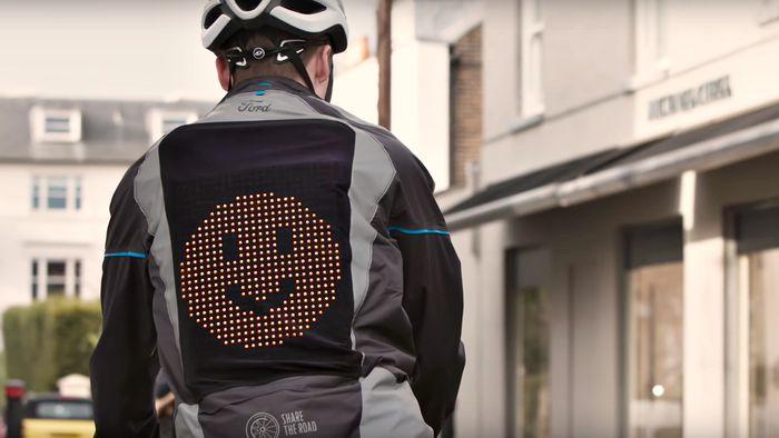 Jaqueta com LED mostra emojis e ajuda ciclistas a sinalizar direções no trânsito