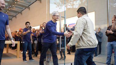 Tim Cook aparece em loja da Apple e tira selfies com clientes durante lançamento