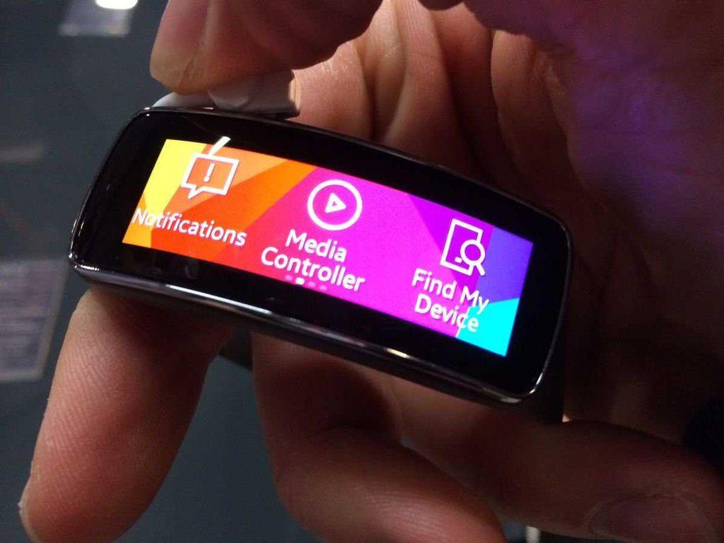 Diferente do Gear 2, o Gear Fit é uma espécie de pulseira tecnológica que fica de olho aos seus sinais vitais. Outros recursos, como reprodução de música, também foram adicionados ao gadget