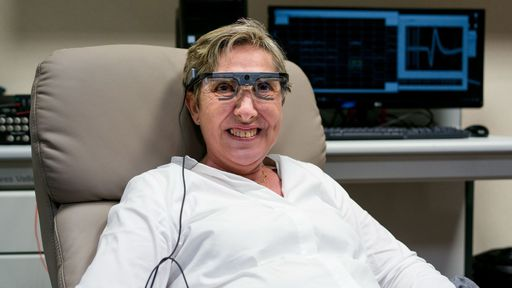 Olho biônico: implante no cérebro e headset fazem mulher cega voltar a enxergar