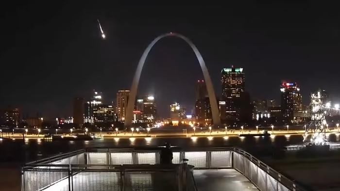 Meteoro corta o céu dos Estados Unidos e rende belas imagens; assista ao vídeo