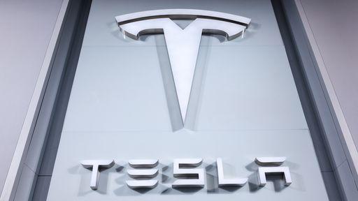 Carro da Tesla explode após colisão na Rússia; veja vídeo