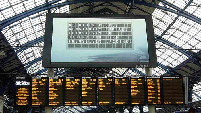 """""""Muro da Espera"""" em estação de trem britânica exibe segredos anônimos"""