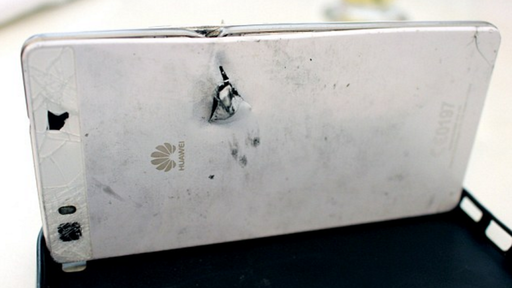 Smartphone no bolso salva a vida de empresário baleado no peito durante assalto