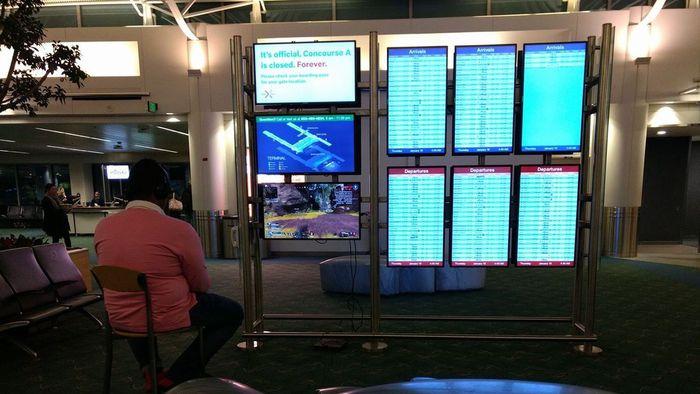 Visionário? Homem instala PS4 em tela de aeroporto enquanto esperava voo